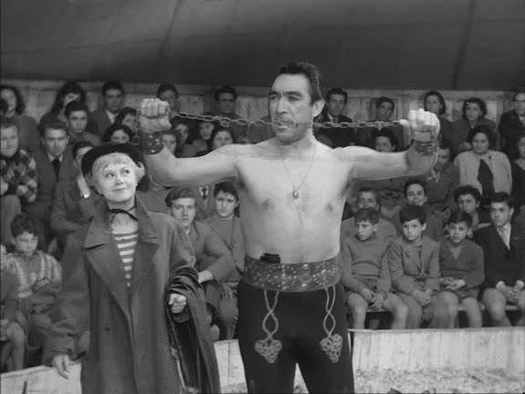 Zampanò (Anthony Quinn) e Gelsomina (Giulietta Masina)